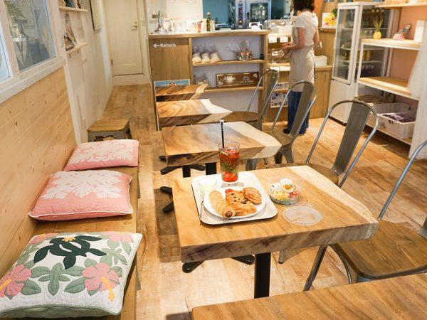 ハワイカフェでは小物雑貨がかわいく飾れるようにナチュラルシンプルを木と鉄の棚をクジラの形をした無垢材テーブルも