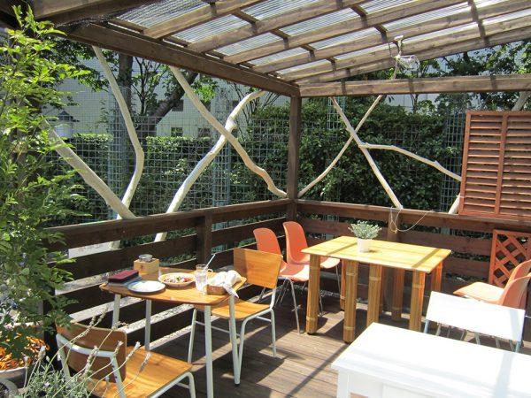 オープンカフェでは流木を手すりにつけて、より自然を感じるような空間に
