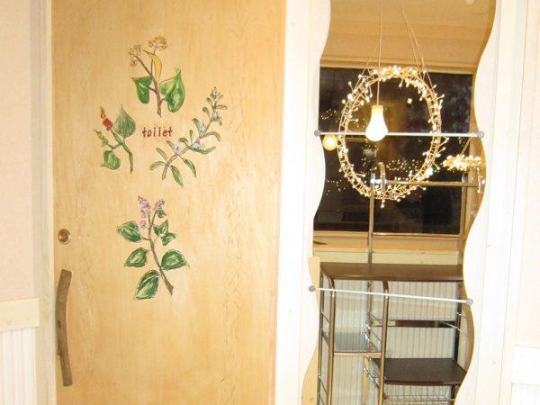ハーブティーカフェでは各種ハーブの絵をあしらったドア