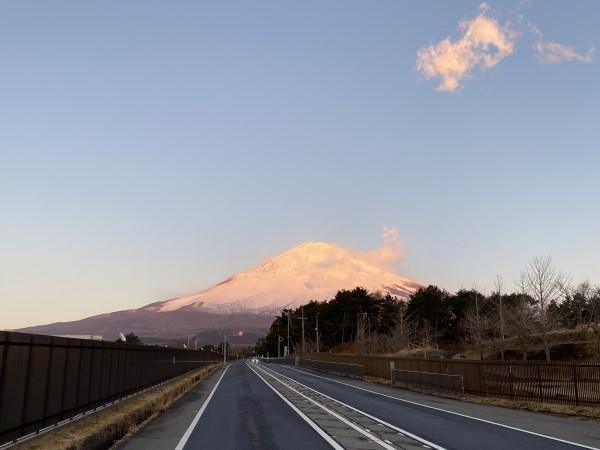 R2.2.23日の出、赤く染まってきた富士山を御殿場キャンプ前から
