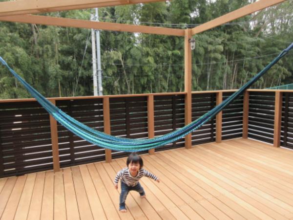 遊び場パラダイス、緑と木に囲まれたそこはプライベートガーデンウッドデッキ/神奈川県H様邸