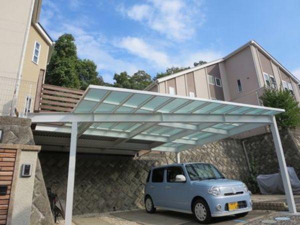 シャープな印象の外観。駐車場の形とそろえた、台形デザインスカイデッキ|平塚市S様邸
