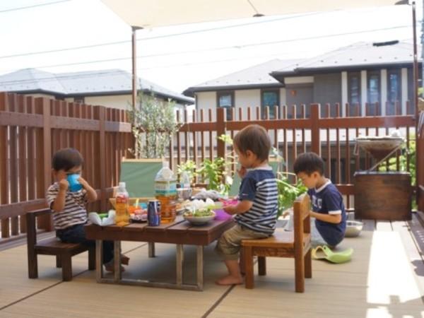オーダーメードの外テーブルで食べるランチやBBQ、みんなで食べると美味しいね|川崎市S様邸