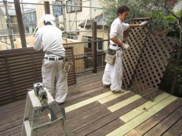 塗装が必要な木で造られたウッドデッキやバルコニーは定期的なメンテナンスが必要です