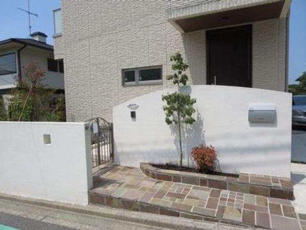 シンプルナチュラル、カーブ曲線の白壁と天然石&緑の融合エクステリア|横浜市青葉区A様邸