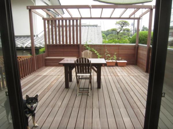 愛犬のお気に入りはオーダーテーブルの下、パーゴラ一体型ウッドデッキ|横浜市青葉区I様邸
