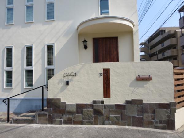 輸入住宅に自然ナチュラルと重厚感を両立したエクステリアでお出迎え|横浜市都筑区O様邸