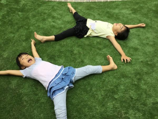 わぁーーい、気持ちいぃぃーー。子供達のこんな楽しそうな姿みてれば幸せです|リアル人工芝