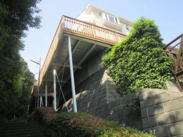 傾斜地を最大限有効活用したオーバーハングウッドデッキ。樹木と空がすぐ目の前|都筑区T様邸
