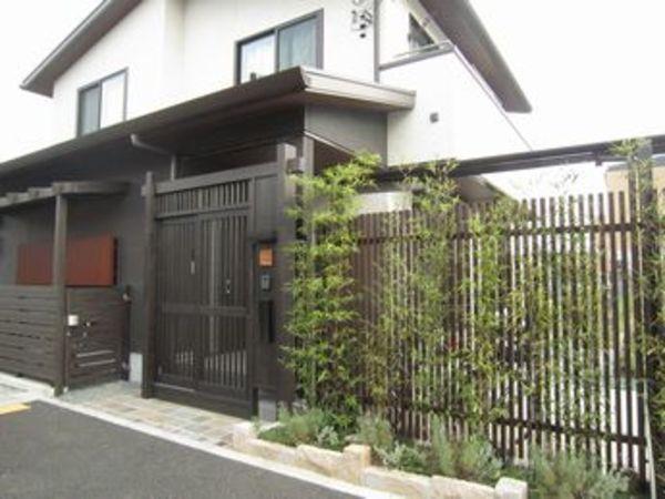 鎌倉の家にありそうなモダン和風の玄関くぐり門のある外構エントランス|町田市O様邸のサムネイル