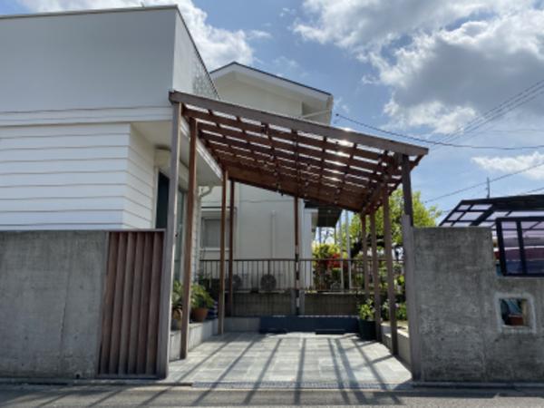 木の駐車場屋根、ハードウッドなら自由な形とデザインのカーポートに|茅ヶ崎市S様邸