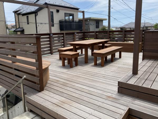 オーダーメードの外家具を置いた、外ダイニングキッチン型ガレージデッキ|横浜市N様邸