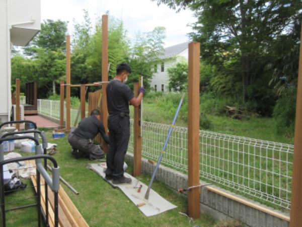 湘南の住宅地でウッドフェンス造ってます