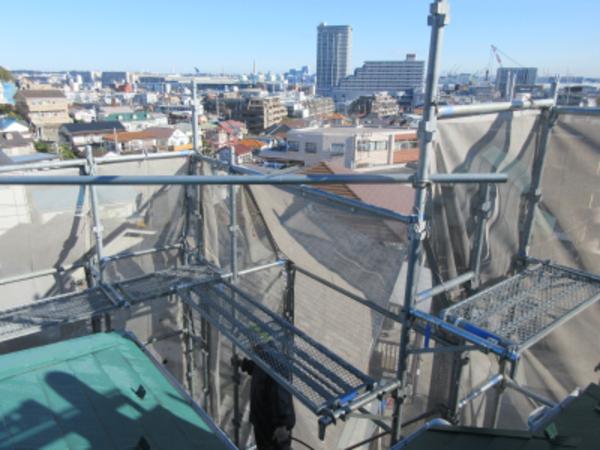 景色の良い高台のお宅で屋根工事中
