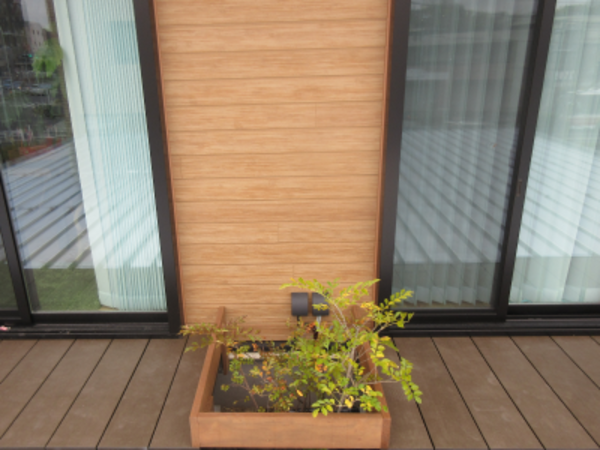 人工木ウッドデッキに植栽スペース取り込むと