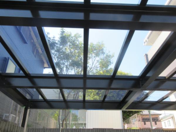 駐車場に屋根を造ってます