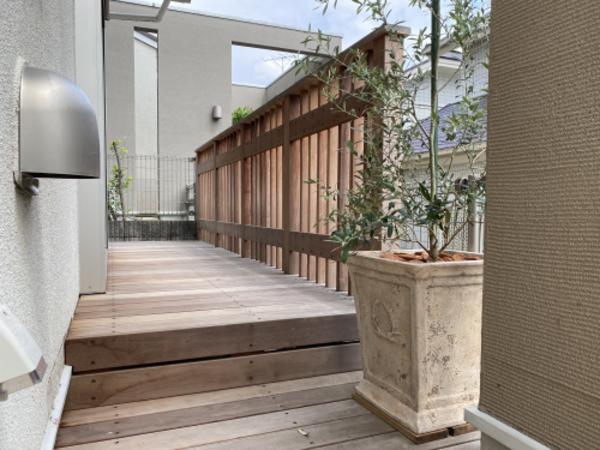 ウッドフェンスをバックにアンティークな素焼き植木鉢が似合う家|青葉区N様邸のサムネイル