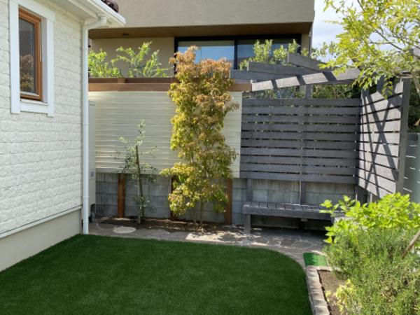 家の外壁と同じ色の目隠しフェンスで統一感を演出しました|藤沢市K様邸